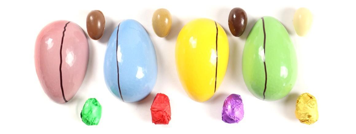 Huevos de chocolate decorados a mano y rellenos de dulces tentaciones